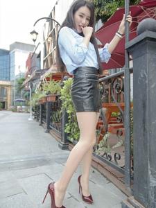 户外美艳女神皮裙丝袜美腿高跟妖娆多姿写真