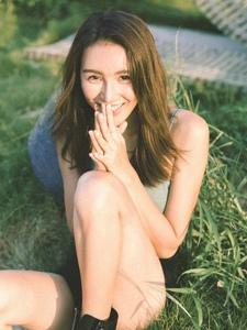 阳光下的背心高颜值美女笑容灿烂迷人