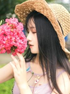 草帽花朵姑娘甜美側顏美麗動人