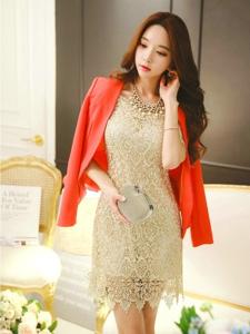 亮闪闪的金色连衣裙美模坐在地上欣赏花披红色西装霸气
