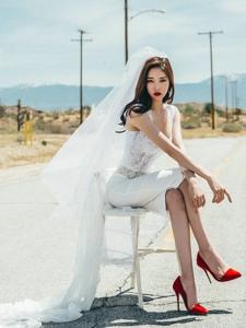 公路上的婚紗美模唯美夢幻眼神霸氣十分吸晴