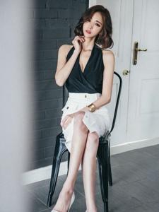短发知性成熟美模坐在凳子上翘着白皙修长美腿