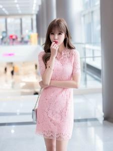 商场内的闲逛模特粉嫩蕾丝裙嘟嘴可爱迷人