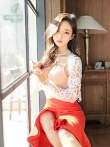 窗台上的光影美模蕾丝鱼尾裙明艳动人