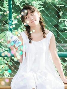 夏日白裙圆脸少女与泡泡俏皮玩耍