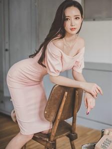 粉嫩裸肩裙裝美模跪在椅子上勾魂