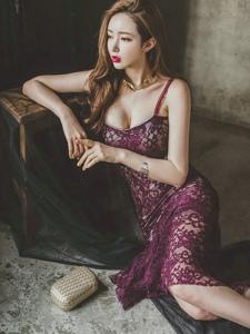 绝美美模蕾丝鱼尾裙倚靠桌子侧躺现酥胸致命诱惑