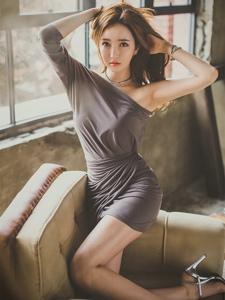 斜肩裙美模秀妖嬈曲線坐在沙發上翹光滑美腿