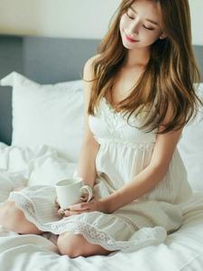 爱笑嫩模酒店内清晨苏醒蕾丝透视睡裙挡不住好身材