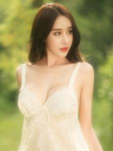 完美胸型大胸性感美女薄裙露美背写真