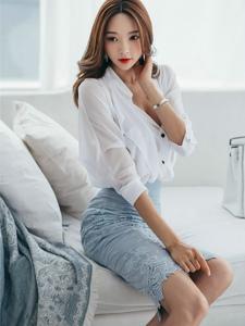 优雅模特坐在沙发上喝着下午茶悠闲自在