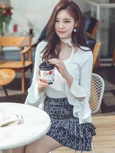 咖啡馆里的甜美模特喝咖啡暖和身材