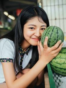 夏日素颜西瓜少女阳光灿烂笑容
