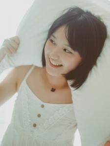 私房内的短发寝衣妹子慵懒甜美写真