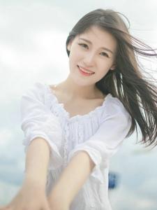 蓝天白云下的白T秀发美女娇美动人