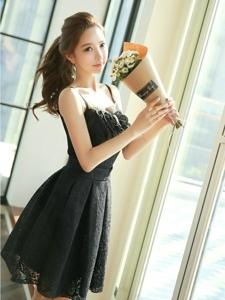 捧花嫩模吊带蕾丝连衣裙黑色诱惑阳光写真