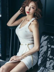 卧室内的靠墙卷发美模纯白裙清新淡雅美艳红唇