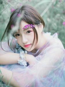 花草丛中的娇艳姑娘粉嫩耀眼