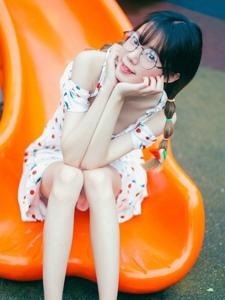 游乐场内的眼镜可爱卖萌少女小巧玲珑