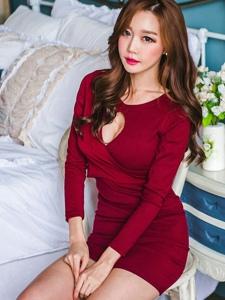 私房内的性感美模艳丽红裙美艳动人撩人心扉