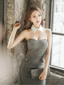 破舊房內的靠墻美模抹胸裙展完美曲線