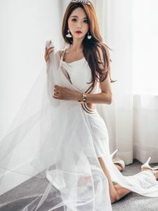 窗台上的皇冠美模洁白长裙寂寞的望向远方