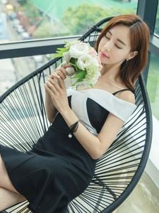 躺椅上闻花香美模吊带露肩裙小秀迷人锁骨