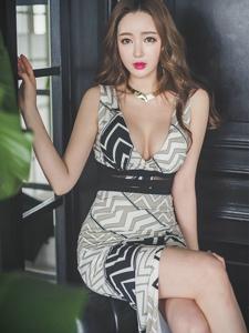 魔鬼身材美模高叉裙坐在沙发上酥胸半露勾魂
