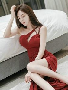 酒店內的療傷美模躺在地上倚靠床露白皙光滑長腿