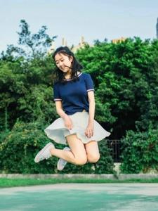 操場上的丸子頭少女跳躍活力十足