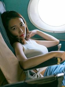 飞机舱内的气质短发美女气场张扬