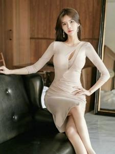 看窗外的中分模特纯色开胸裙眼神气势逼人