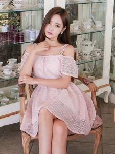 餐具馆内粉色蕾丝镂空蓬蓬裙美模甜美招人喜爱