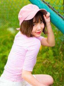 棒球帽可爱短发粉嫩短裙妹子娇美怡人