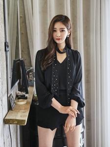 镜子前的西装模特黑色诱惑细直长腿勾人