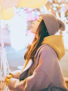 毛线帽可爱圆脸少女与气球嬉戏玩耍