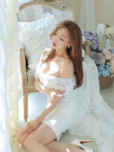 梦幻私房内的裸肩蕾丝白裙丰满圆润模特巨乳魅惑