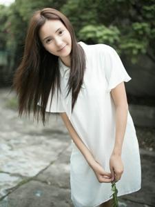 清新氧气少女户外素颜白皙肌肤迷人写真