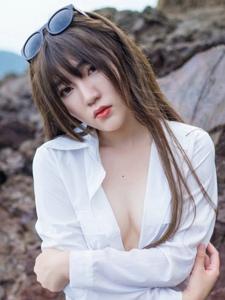 白衬衫美艳女神冷不丁真空美乳大胆写真