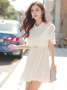 街头行走的清纯模特白色百褶裙清新怡人