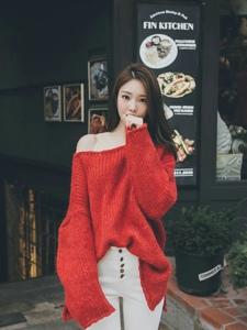 餐厅门口的红艳毛衣美模浅笑迷人
