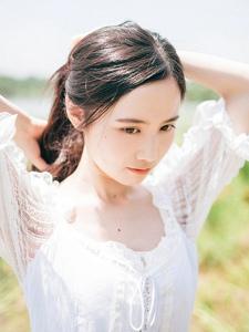 草地上的白裙长发妹子白净柔嫩写真