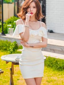 花園內的包臀裙美模享受陽光的滋潤