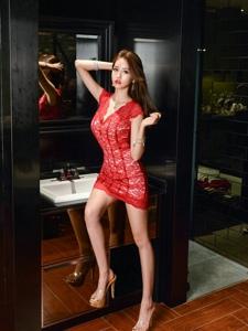 镜子前的鲜艳蕾丝红裙模特烈焰红唇极致诱惑