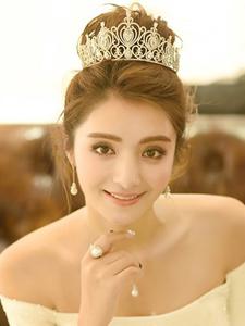 麦迪娜惊艳亮相时装周压轴首秀似古堡公主