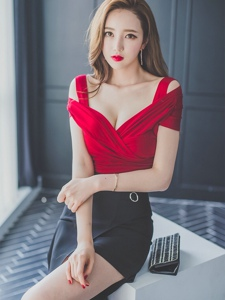 凳子上的絕美美模紅裙襯托的美艷絕倫