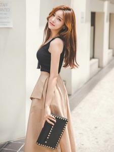 阳光下街头行走的百褶裙美模笑容甜美
