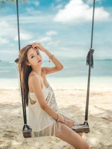 蓝天白云下沙滩上荡秋千美模美乳吸晴