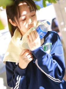運動馬尾女孩樹下乘涼喝水補充養分