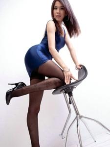 模特Yen紧身裙包裹着长腿蛮腰诱惑写真